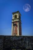 Stary zegarowy wierza i księżyc za nim przy Starym fortecą w Corfu miasteczku Grecja Zdjęcia Royalty Free