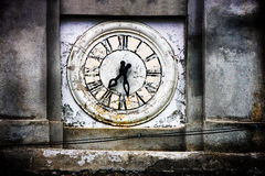 Stary zegarowy wierza kościół Saracinesco (Włochy) Obrazy Royalty Free