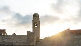 stary zegarowy wierza w starym miasteczku w Dubrovnik Izoluje fortecę w zmierzchu obraz stock