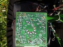 Stary zieleni TV układ scalony na zielonej trawy tle zdjęcia royalty free