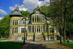 Stary zielony drewniany dom wewnątrz skansen Na otwartym powietrzu muzeum - Drewniana architektura Środkowy muzeum tkaniny Zdjęcie Royalty Free