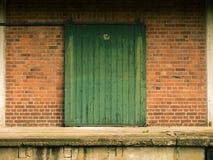 Stary zielony drewniany ślizgowy drzwi Zdjęcie Stock