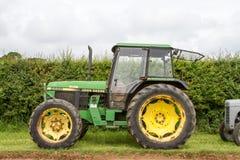 Stary zielony John deere 2650 ciągnik zdjęcia royalty free