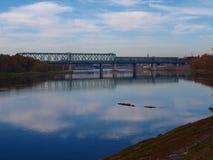 Stary zielony kolejowy most przez rzekę obrazy royalty free