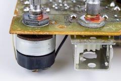 Stary zintegrowany - obwody w analogowym radiowym odbiorcy Oporniki, fotografia stock