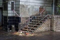 Stary zniszczony budynek z niebezpieczeństwo taśmą obraz royalty free