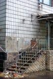 Stary zniszczony budynek z niebezpieczeństwo taśmą fotografia royalty free