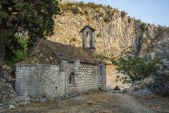 Stary zniszczony kościół w Montenegro Góry i natura zdjęcia stock