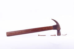 stary zrudziały Tradycyjny wyginający się pazura młot i gwoździa hals używać na białym tła narzędziu odizolowywającym Zdjęcia Royalty Free
