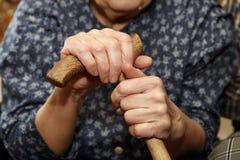 Starych kobiet ręki z trzciną Obraz Stock