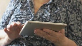 Starych kobiet spojrzenia przy fotografiami używać cyfrową pastylkę zbiory