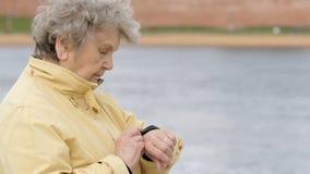 Starych kobiet spojrzenia przy wristband sprawności fizycznej tropicielem zbiory wideo