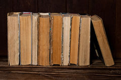 Starych książek stojak w rzędzie Zdjęcie Royalty Free