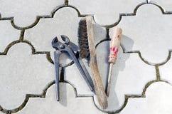 Starych nippers stary śrubokręt i druciany muśnięcie Zdjęcie Stock