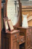 Starych retro przedmiotów antykwarski opatrunkowy stół z lustrem, obramiać fotografiami i dzbankiem, Zdjęcie Stock