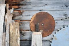 Starzeć się drewno deski z Round Zobaczyli ostrza Obrazy Stock