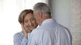 Starzeć się męskie wzruszające damy stawiają czoło z miłością, harmonia w długotrwałym małżeństwie obrazy stock