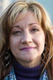 starzejąca się środkowa uśmiechnięta kobieta Zdjęcie Royalty Free