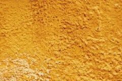 Starzejąca się brąz ściana na słonecznym dniu zdjęcia royalty free