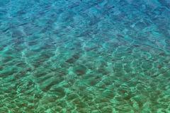 Starzejąca się cyraneczka, zieleni wody rzecznej błyszcząca tekstura - ładny abstrakcjonistyczny fotografii tło zdjęcie royalty free