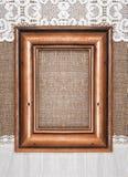 Starzejąca się drewniana rama na burlap Zdjęcia Royalty Free
