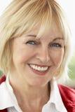 starzejąca się kamery środkowego portreta uśmiechnięta kobieta Zdjęcie Stock