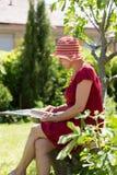 Starzejąca się kobiety czytelnicza książka obrazy royalty free