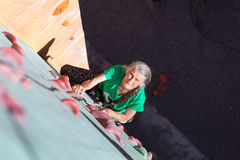 Starzejąca się kobiety pięcia ściana Fotografia Royalty Free
