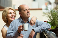 Starzejąca się para napoju herbata na balkonie Zdjęcia Stock