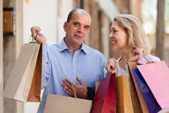 Starzejąca się para z zakupami Fotografia Royalty Free
