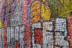 Starzejący się ściana z cegieł z graffity zdjęcia royalty free