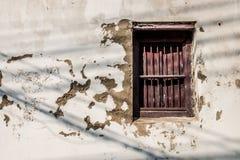 Starzejący się ścienny z ośniedziałym czerwonym okno Obraz Stock