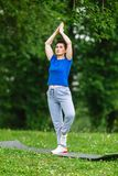 Starzejący się żeński robi joga ćwiczenie w parku Starszej kobiety joga ćwiczy outdor Heathy życie stylu pojęcie Copyspace Zdjęcia Royalty Free