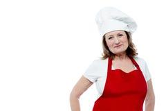 Starzejący się żeński szef kuchni pozuje w stylu Zdjęcie Royalty Free
