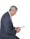 starzejący się biznesmena środkowy gazety profilu czytanie Obraz Stock