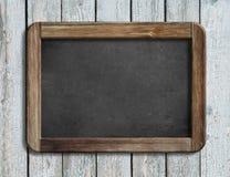 Starzejący się blackboard obwieszenie na białej drewnianej ściany 3d ilustraci Zdjęcie Stock