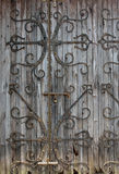 Starzejący się drewniany drzwi z żelazną dekoracją obrazy royalty free