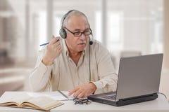 Starzejący się freelance męski adiunkt pracuje online Obrazy Stock