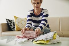 Starzejący się kobiety falcowanie odziewa zdjęcie royalty free