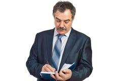 starzejący się korporacyjnego mężczyzna środkowy poważny writing Obraz Stock