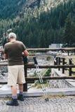 Starzejący się mężczyzna narządzanie dla wycieczkować w Włochy zdjęcia stock