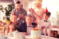 Starzejący się mężczyzna odświętności urodziny z córką i wnukami obraz stock