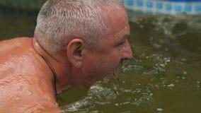 Starzejący się mężczyzna pływa w basenie zbiory