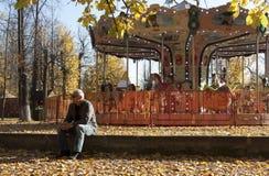 Starzejący się mężczyzna w miasto parku w jesieni fotografia stock