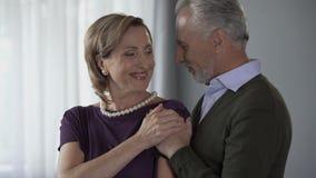Starzejący się męski całowania mienie i kobieta ona ramionami od behind, rocznica zbiory wideo