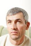starzejący się przyglądającego mężczyzna środkowy portret środkowy zdjęcia stock