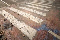 Starzejący się rozdroże znak na asfaltowej podłoga fotografia royalty free