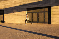 Starzejący się sportowa bieg na wiejskiej drodze, zdrowy inspiracyjny sprawność fizyczna styl życia, sport motywaci prędkości int Obrazy Stock