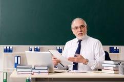 Starzej?cy si? m?ski nauczyciel przed chalkboard obrazy royalty free