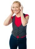 starzejąca się target1896_0_ kobieta jej odtwarzacz muzyczny Zdjęcie Stock